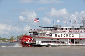 Watching boats in the harbor - this you can do for hours. Especially when they look as nice as this steam ferry in New Orleans